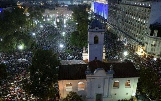 La marcha silenciosa en recuerdo a Nisman hace temblar los muros de la Casa Rosada