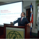 Dictan conferencia Los Microbios, su papel en salud y enfermedad