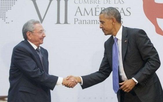 Los presidentes Barack Obama y Raúl Castro sostienen encuentro