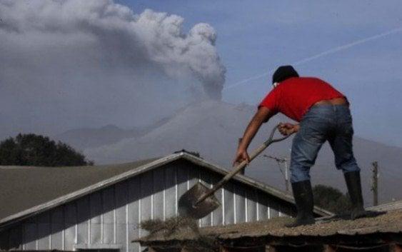 Continúan evacuaciones por erupciones volcán Calbuco