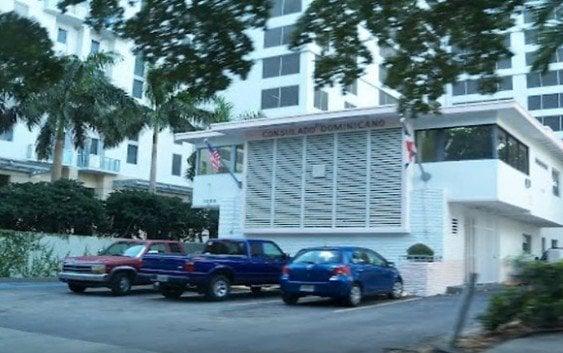 Leonelistas y Danilistas enfrentados Consulado Miami