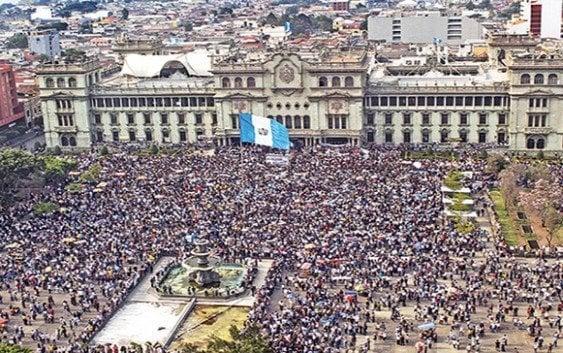 Miles en Guatemala exigen renuncia del presidente