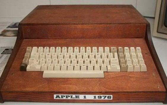 Señora tira a la basura primer Apple 1 del 1976
