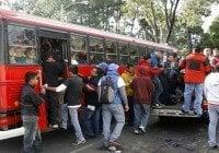 Banda entre ellos uno uniformado de policía asalta autobus