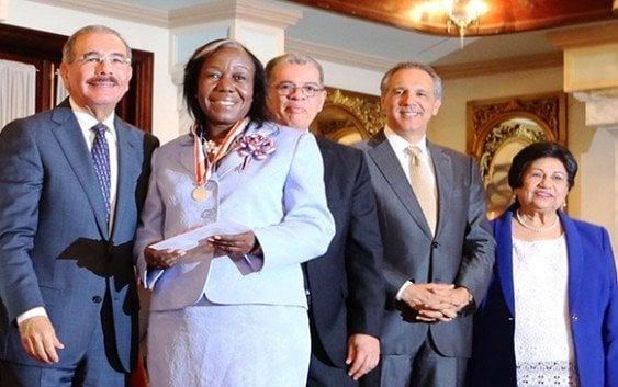 Presidente entrega Medalla al Mérito Magisterial