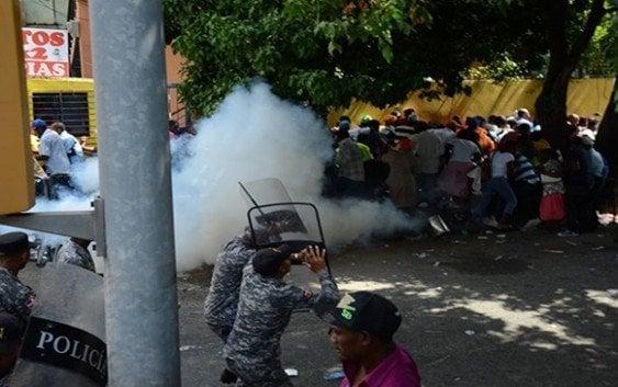 Haitianos tratan penetrar a Interior y Policía, los dispersan a bombasos