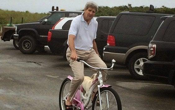 John Kerry sufrió accidente de bicicleta y fue internado