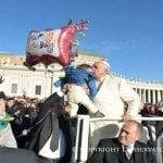 Papa Francisco festeja cumpleaños repartiendo regalos a los pobres
