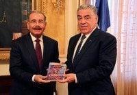 Danilo Medina recibe libro de Soto Jiménez