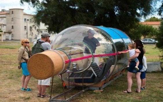 Artista francés navegará dentro de botella gigante