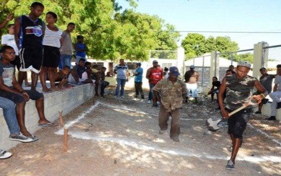 Alcalde de Cabral inicia contrucción cancha municipal