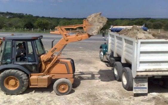 Insólito; protestan en defensa camiones transportan materiales