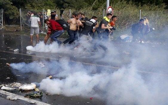 Hungría lanza gas lacrimógeno en frontera; Detiene a 29; Levanta vallas