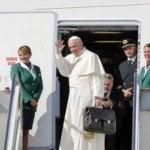 Su Santidad aborda avión con destino a Cuba