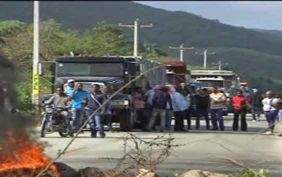 Paralizan tránsito próximo Aeropuerto María Montez