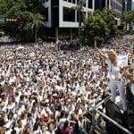 Manifestantes se esposan marcha convocada por Leopoldo López