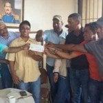 Gobierno entrega cheques Asociación Chinoleros Hato Mayor