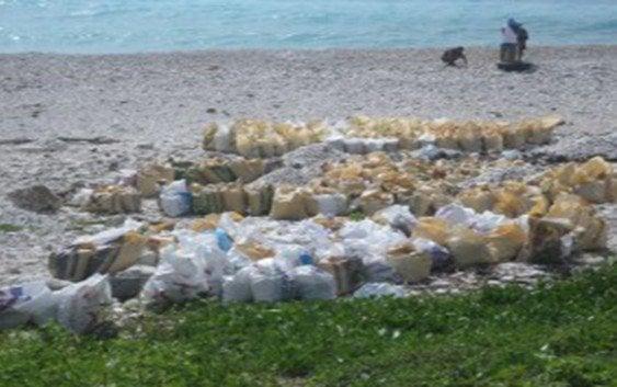 Continúan trasladando cientos sacos de piedras de la playa
