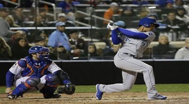El dominicano Raúl Adalberto Mondesí, de los Reales de Kansas City, hace el swing en el tercer juego de la Serie Mundial, el viernes 30 de octubre de 2015 (AP Foto/David J. Phillip)