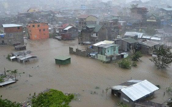 Tifón Koppu mantiene gente trepadas en techos en espera rescate