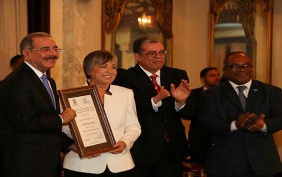 Presidente entrega Premio Nacional de Periodismo a Margarita Cordero
