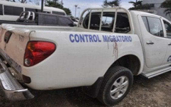 Turba haitianos hiere personal y ataca vehículo de Migración