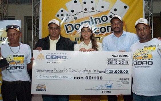 Cementos Cibao premia ganadores torneo dominó para maestros constructores