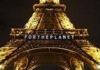 """""""Por el planeta"""" se lee en Torre Eiffel, tras acuerdo Conferencia Cambio Climático"""