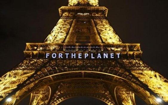 «Por el planeta» se lee en Torre Eiffel, tras acuerdo Conferencia Cambio Climático