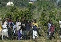 Haitianos enfrentan a pedradas miembros de la DGM en avenida Anacaona, Mirador Sur; Vídeo