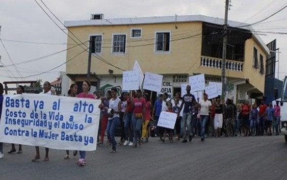 Conmemoran Día de la Mujer con cacerolazo en Los Alcarrizos