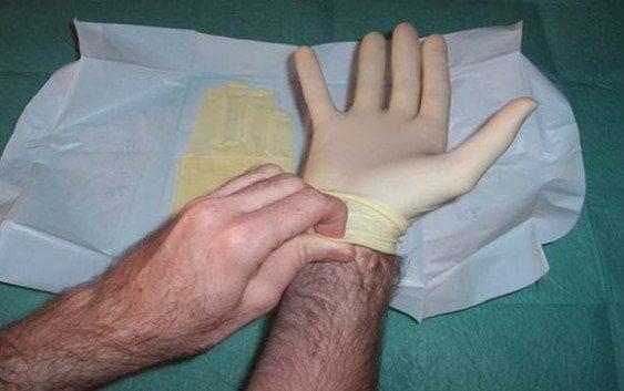 La FDA propone prohibir uso guantes médicos empolvados
