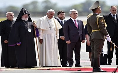 Pope Francis (3rd L) is welcomed by Catholicos of All Armenians Karekin II (2nd L) and Armenian President Serzh Sarkisian (3rd R) upon arrival at Yerevan's Zvartnots Airport on June 24, 2016. / AFP PHOTO / ALEXANDER NEMENOV