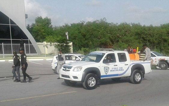 Turba de haitianos enfrentan agentes de Migracion en Higuey