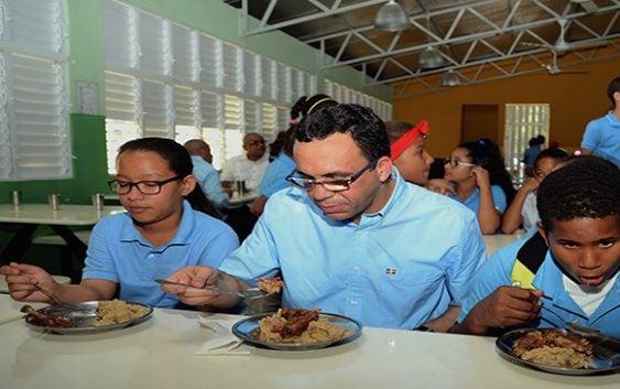 Ministro de Educación Andres Navarro dice trabajará con una lupa