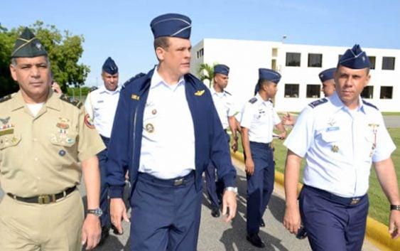 Ministro de Defensa visita Academia Aérea de la FARD