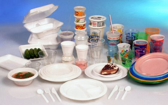 Francia prohíbe el uso de utensilios de plásticos desechables