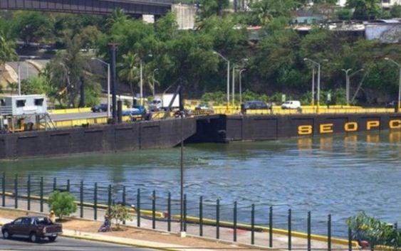 Se hunde lado del puente flotante del río Ozama