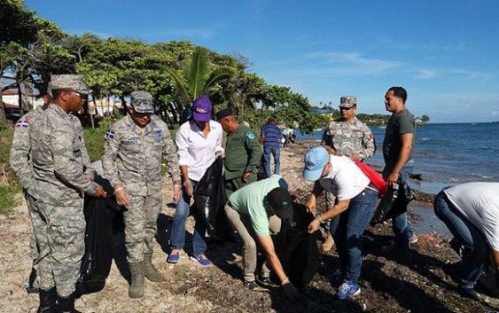 Cientos participan jornada de limpieza de playas en Puerto Plata