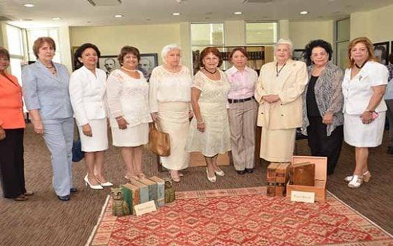 Ex-alumnas Instituto Salomé Ureña visitan Feria de Libros antiguos y colección