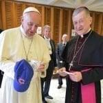Papa Francisco recibe gorra y pelota de los Cachorros de Chicago