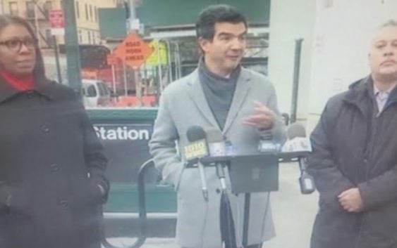 Funcionarios y oficiales electos NY protestan malas condiciones parada tren