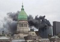 Evacuan Congreso argentino tras incendiarse una terraza