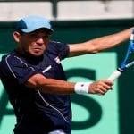 Víctor Estrella remonta y pasa por quinta vez a segunda ronda de un Grand Slam