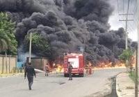 Camión tanquero provoca voraz incendio en empresa de Haina; Vídeo