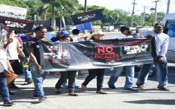 Marchan contra cierre de calles en Alameda, Santo Domingo Oeste