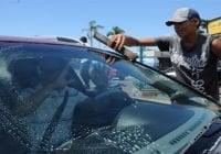 Alcaldía de Santiago saca limpiavidrios de calles; No les interesa empleo