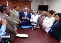Abinader lleva a senadores PRM propuestas leyes que estimulan inversiones y empleos