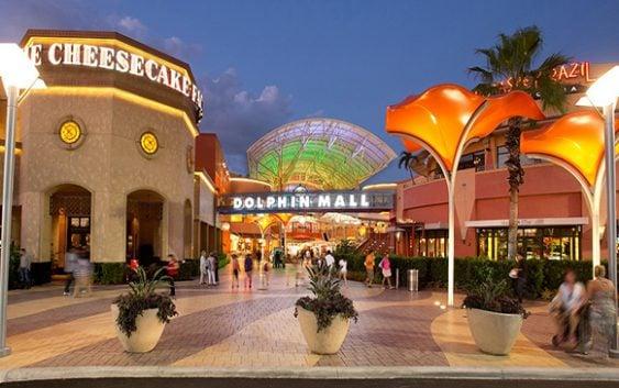 Policía de Miami-Dade evacua Dolphin Mall por reporte de tiroteo; No encuentra heridos; Vídeos