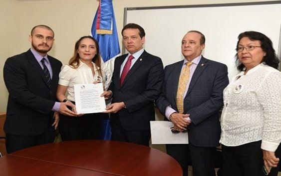 Venezolanos que huyen de la dictadura buscan apoyo de Ito para regularizar estatus en la RD